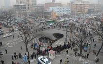 """Hố tử thần """"khủng"""" giữa ngã tư ở Trung Quốc"""