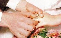 Cô dâu 15 tuổi chạy trốn chú rể 90 tuổi