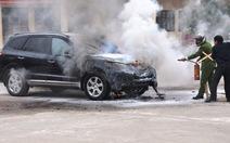 Ôtô 4 chỗ bốc cháy