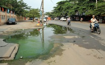 Nước cống ứ đọng cả tuần trên đường