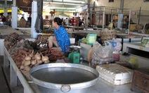 Chợ lề đường tấp nập, trong nhà lồng ế ẩm