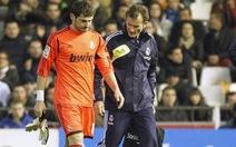 """Casillas gãy ngón tay cái, Mourinho """"hiên ngang"""" dùng Adan"""