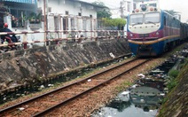 Đoạn đường tàu ngập nước đen