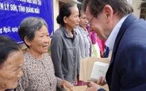 Ông Hồ Cương Quyết trao tiền giúp đỡ ngư dân Bình Châu, Lý Sơn