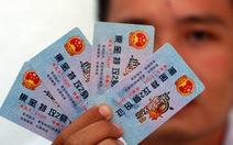 """Thu thẻ """"chứng minh"""" in quốc huy Trung Quốc ở trường tiểu học"""