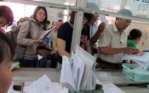 Sau 5 ngày nghỉ lễ: Dân chờ chứng thực giấy tờ