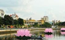 Thắp đèn hoa sen khổng lồ trên kênh Nhiêu Lộc