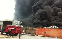 Cháy công ty xốp, hàng chục cột khói đen bốc cao 5km