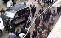 Quan chức còng tay bé gái 13 tuổi diễu phố vì làm bẩn xe công