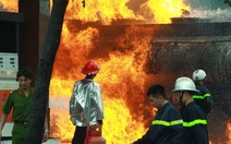 Hiện trường vụ cháy xe bồn chở xăng tại Hà Nội