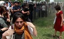 Cô gái váy đỏ giữa bạo loạn Istanbul
