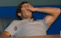 Nadal bị chuột rút, té ngã trong phòng họp báo