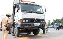 Nhiều xe quá tải phải quay về cảng để hạ tải