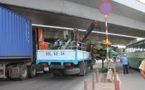 """Xe quá khổ lại """"dính"""" gầm cầu vượt Quang Trung"""