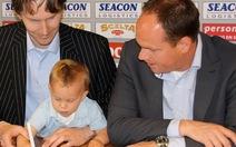 Cầu thủ 1 tuổi ký hợp đồng 10 năm