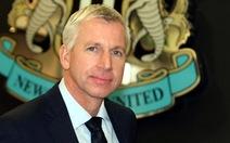 Alan Pardew ký hợp đồng 8 năm với Newcastle
