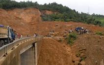 Sạt lở đất chia cắt quốc lộ 4D