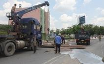 Ôm cua gắt, xe tải làm rơi hàng chục tấn sắt