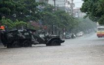 Lại điều xe thiết giáp chở thí sinh đi thi
