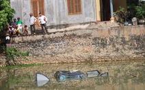 Ô tô lao xuống ao, bốn người tử nạn