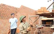 Cán bộ góp tiền xây nhà cho dân