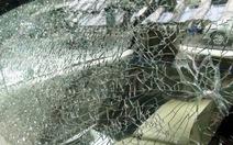 Công trình Vietcombank Tower rơi đá, hai xe 7 chỗ vỡ kính