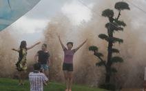 Đi xem bão, một thanh niên bị sóng biển cuốn trôi