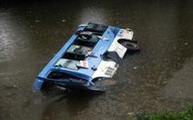 Xe khách chở 31 người lao xuống cầu, 17 người nhập viện