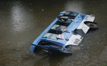 Xe khách chở 31 người lao xuống sông do tài xế tránh xe