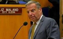 """Thị trưởng 70 tuổi """"sờ mông"""" phụ nữ từ chức"""
