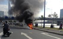 Xe máy cháy rụi trên đường Võ Văn Kiệt