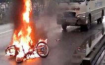 Đâm vào xe khách, xe máy cháy trơ khung