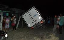 Né xe container lấn đường, xe tải đâm thẳng vào nhà dân