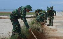Lính đảo Lý Sơn làm sạch môi trường