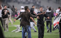 Cổ động viên tràn vào sân làm ngưng trận derby Istanbul