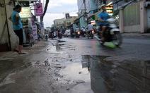 Hoang phí nước sạch chảy tràn ra đường