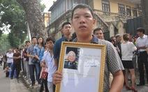 Chiều muộn, ngàn người dân vẫn tha thiết viếng Đại tướng