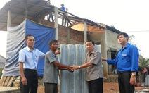 Giúp dân vùng bão lợp lại mái nhà