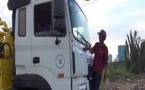 """Bảo vệ dân phố """"đu"""" trước đầu xe bồn đổ thải lén"""