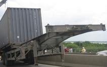 Rơmooc container tuột dốc cầu, người đi đường hoảng loạn