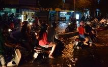 Nước ngập ngang dải phân cách đường Huỳnh Tấn Phát