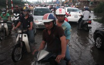 Chiều 21-10, dân Sài Gòn tiếp tục lội triều cường lịch sử