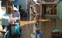 """Triều cường """"nằm lì"""" khắp hẻm phố Sài Gòn"""
