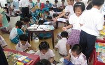 Mang sách đến học sinh tiểu học
