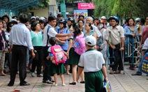 TP.HCM: phụ huynh nháo nhào đón con tránh bão