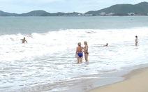 Nha Trang: sóng lớn, nhiều du khách nước ngoài vẫn tắm biển