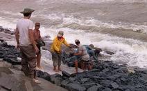 Hàng chục mét bờ kè Cửa Đại bị đánh sập