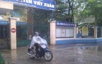 Mưa áp thấp từ khuya, nhiều trường TP.HCM vẫn đóng cửa