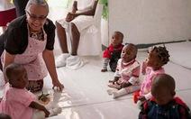 Kenya phát băng vệ sinh cho nữ sinh đến trường