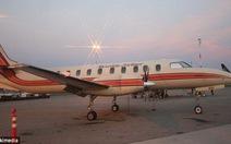 Máy bay chở khách bốc cháy, 5 người chết